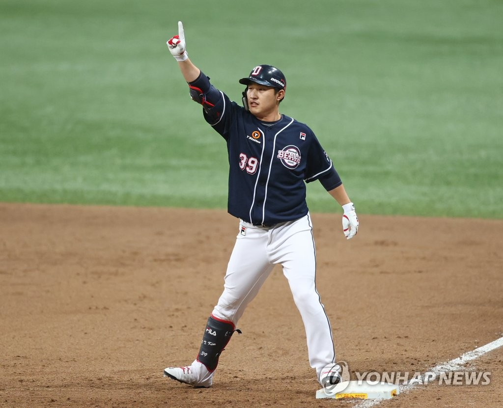 Kim In-tae of the Doosan Bears celebrates his RBI single against the KT Wiz in the top of the ninth inning of Game 1 of the Korea Baseball Organization second-round postseason series at Gocheok Sky Dome in Seoul on Nov. 9, 2020. (Yonhap)
