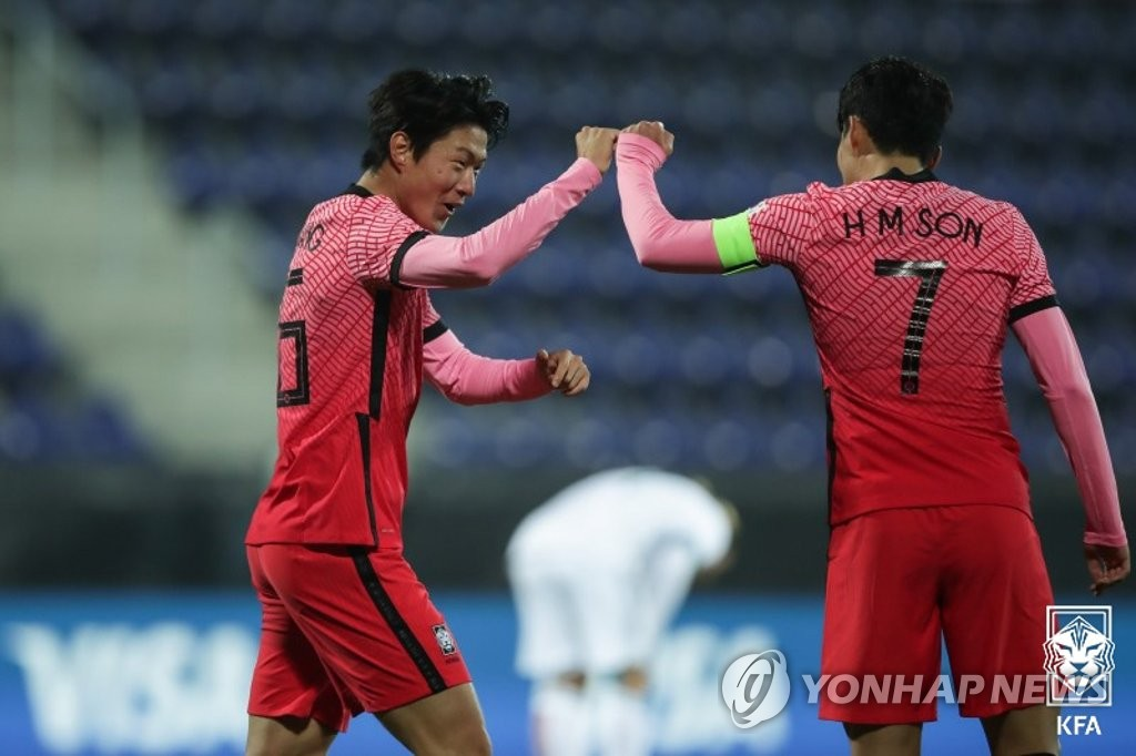 Hwang Ui-jo of South Korea (L) celebrates his goal against Mexico with teammate Son Heung-min during the teams' friendly match at Stadion Wiener Neustadt in Wiener Neustadt, Austria, on Nov. 14, 2020, in this photo provided by the Korea Football Association. (PHOTO NOT FOR SALE) (Yonhap)