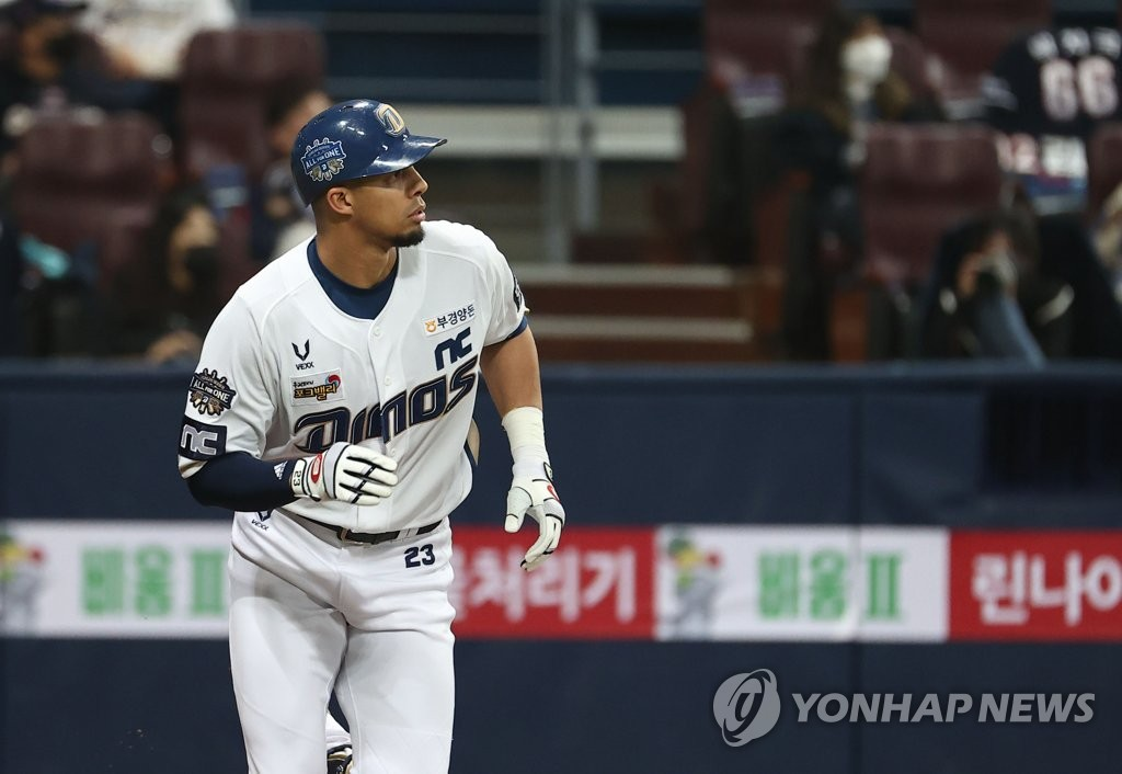 Aaron Altherr of the NC Dinos watches his three-run home run against the Doosan Bears in the bottom of the fourth inning of Game 1 of the Korean Series at Gocheok Sky Dome in Seoul on Nov. 17, 2020. (Yonhap)