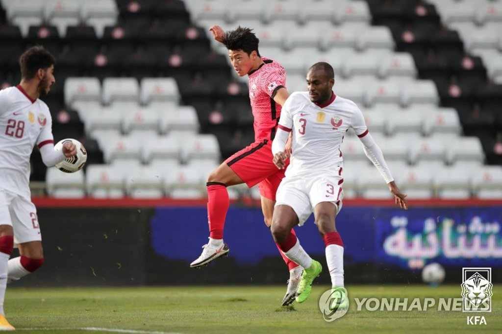 Hwang Hee-chan of South Korea (C) battles Abdelkarim Hassan of Qatar (R) for the ball during a friendly football match at BSFZ Arena Admiral Stadium in Maria Enzersdorf, Austria, on Nov. 17, 2020, in this photo provided by the Korea Football Association. (PHOTO NOT FOR SALE) (Yonhap)