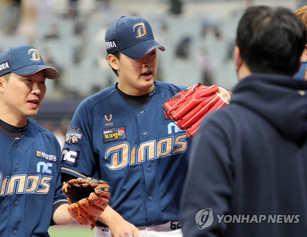 NC Dinos' starter Song Myung-gi (C) is congratulated by teammates after completing the bottom of the third inning against the Doosan Bears in Game 4 of the Korean Series at Gocheok Sky Dome in Seoul on Nov. 21, 2020. (Yonhap)