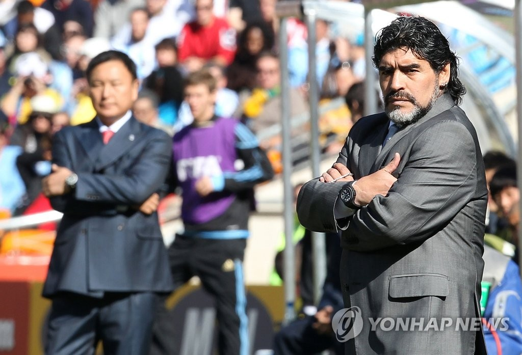 In this file photo from June 17, 2010, Argentina head coach Diego Maradona (R) stands in front of his bench, with South Korea head coach Huh Jung-moo to his right, during a Group B match at the 2010 FIFA World Cup at Soccer City in Johannesburg. (Yonhap)
