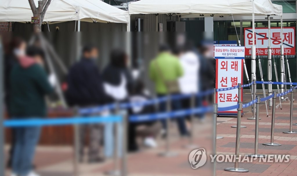 People line up to receive coronavirus tests at a makeshift clinic at a hospital in the southeastern city of Daegu on Dec. 11, 2020, following the discovery of a cluster of coronavirus cases at a nearby church. (Yonhap)