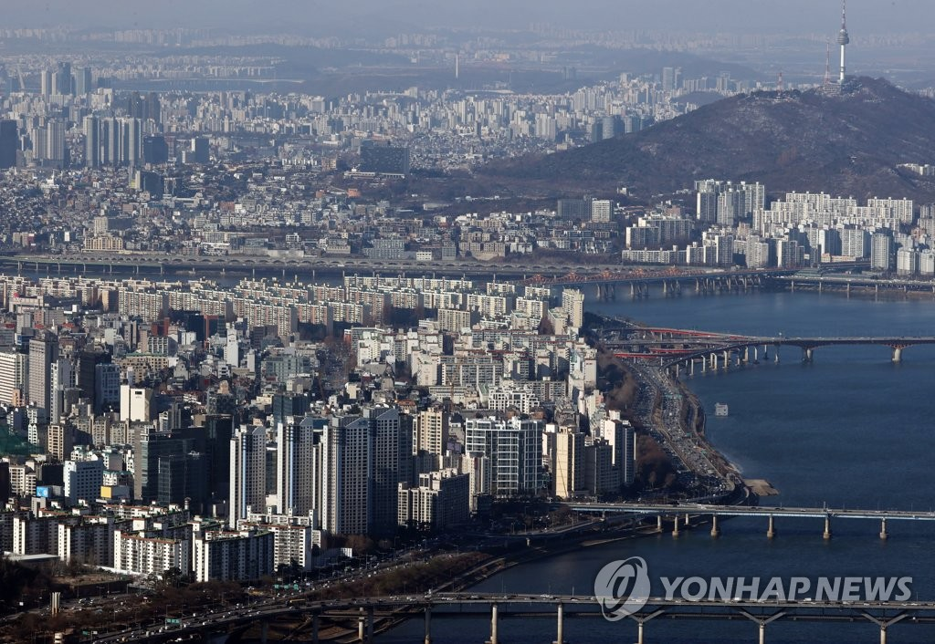 Apartment buildings near the Han River in Seoul are seen in this photo taken Dec. 14, 2020. (Yonhap)