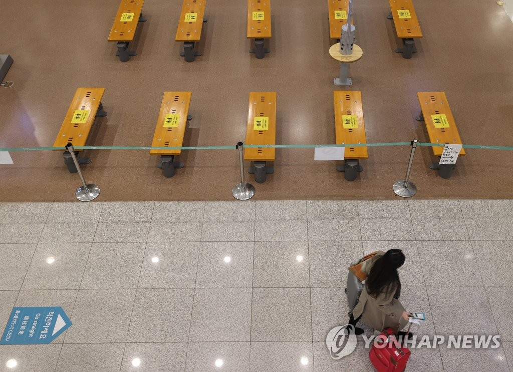 Benches at Incheon International Airport, South Korea's main gateway, are empty on Jan. 3, 2021. (Yonhap)