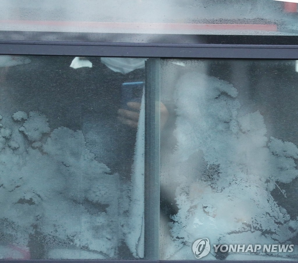 People are seen through the frosted windows of a bus near Gwanghwamun in Seoul on Jan. 8, 2021. (Yonhap)