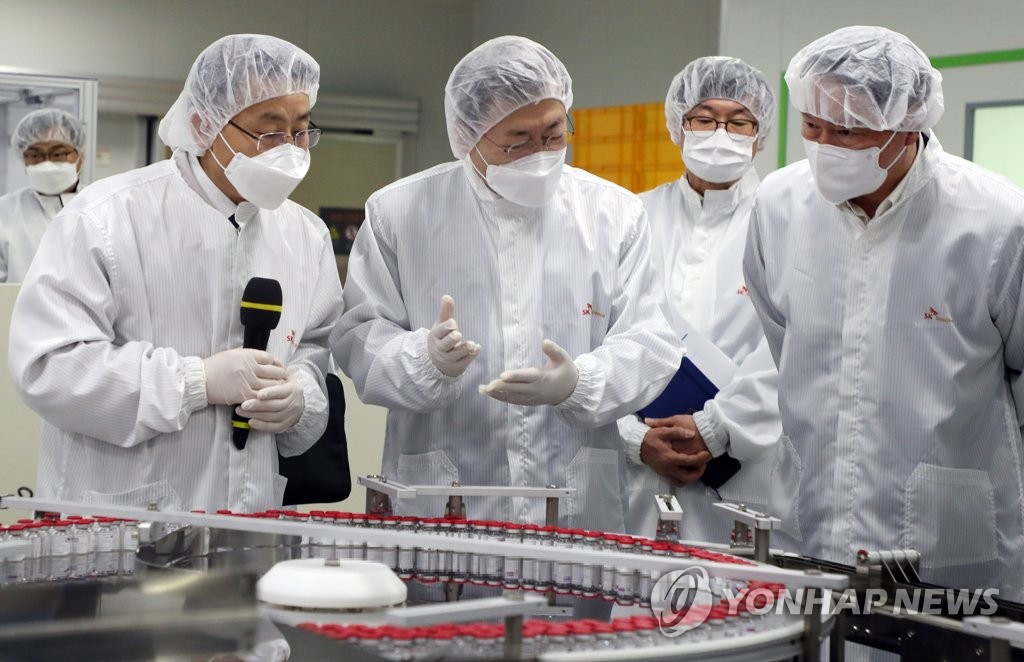 President Moon Jae-in (2nd from L) inspects the production of coronavirus vaccines at an SK Bioscience production facility in Andong, 270 kilometers southeast of Seoul, on Jan. 20, 2021. (Yonhap)