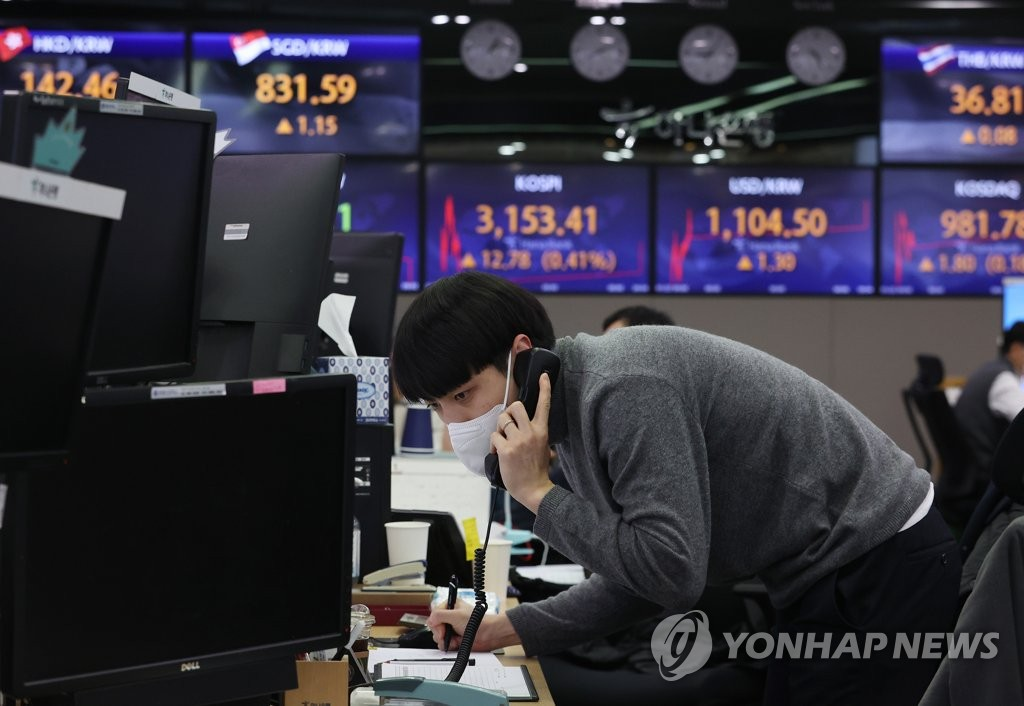 A dealer in Hana Bank headquarters in downtown Seoul talks on the phone on Jan. 25, 2021. (Yonhap)