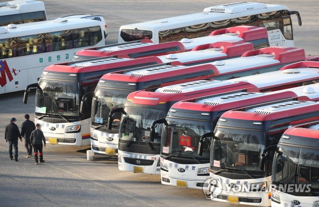 코로나19 직격탄 맞은 관광업계…멈춰선 전세버스