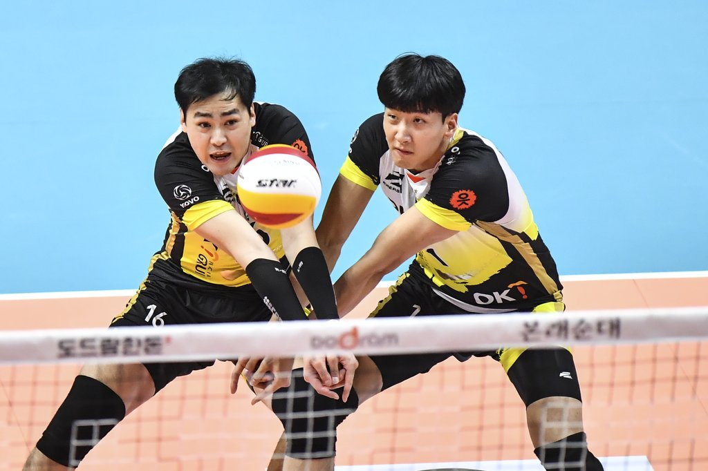 This Nov. 13, 2019, file photo provided by the Korean Volleyball Federation shows Sim Kyoung-sub (L) and Song Myung-geun of the OK Financial Group OKman during a men's V-League match against the Samsung Fire & Marine Insurance Bluefangs at Ansan Sangnoksu Gymnasium in Ansan, 40 kilometers south of Seoul. (PHOTO NOT FOR SALE) (Yonhap)