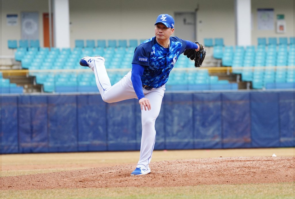 Oh Seung-hwan of the Samsung Lions pitches in a live batting practice at Daegu Samsung Lions Park in Daegu, 300 kilometers southeast of Seoul, on March 2, 2021, in this photo provided by the Lions. (PHOTO NOT FOR SALE) (Yonhap)