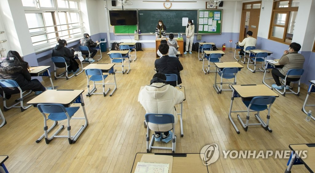 A recruitment test for public servants is under way at a school in the central city of Daejeon on March 6, 2021, with applicants sitting apart to prevent coronavirus infections, in this photo provided by the Ministry of Personnel Management. (PHOTO NOT FOR SALE) (Yonhap)