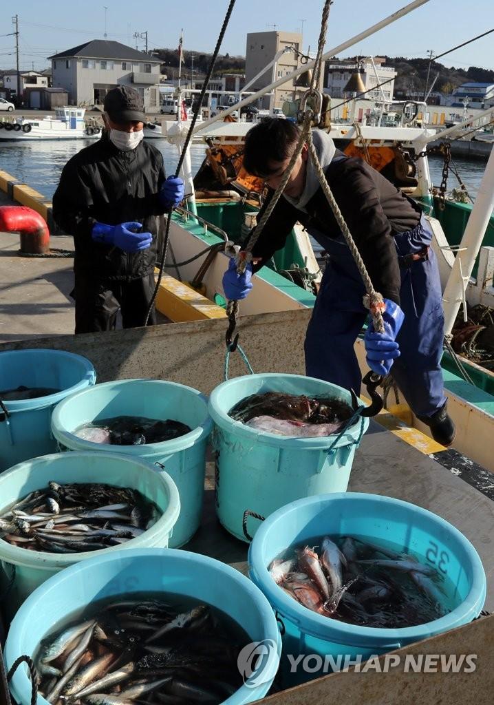 항구로 옮겨지는 후쿠시마산 수산물