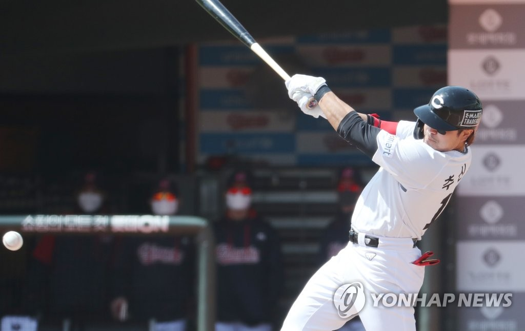 Choo Shin-soo of the SSG Landers takes a swing against the Lotte Giants in the top of the first inning of a Korea Baseball Organization preseason game at Sajik Stadium in Busan, 450 kilometers southeast of Seoul, on March 23, 2021. (Yonhap)
