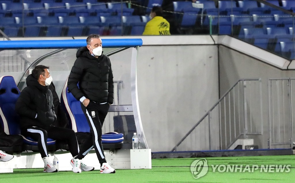 Paulo Bento, (R), head coach of the South Korean men's national football team, watches his team in a friendly match against Japan at at Nissan Stadium in Yokohama, Japan, on March 25, 2021. (Yonhap)