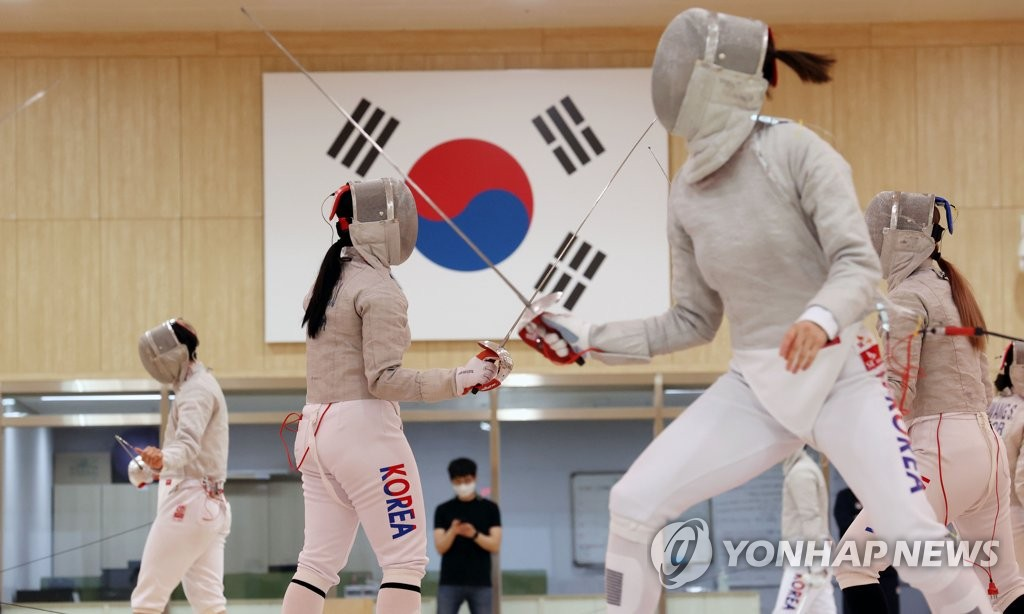 South Korean fencers train at the Jincheon National Training Center in Jincheon, 90 kilometers south of Seoul, on April 14, 2021. (Yonhap)