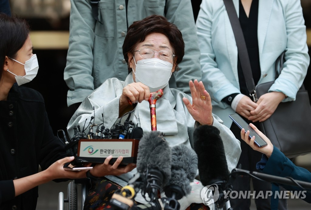 Lee Yong-su, one of the few surviving victims of Japan's wartime sexual slavery, speaks before media after a Seoul court dropped the damages suit filed by the victims against the Japanese government, citing the principle of sovereign immunity that stipulates a country is immune from the judicial jurisdiction of a foreign country, in this file photo taken April 21, 2021. (Yonhap)