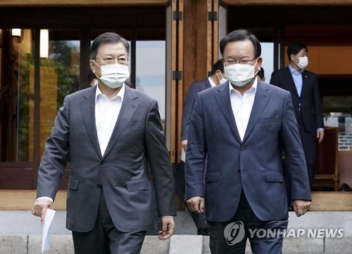 Moon instructs new PM to swiftly decide principle of housing policy changes