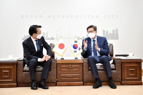 Busan mayor meets Japanese diplomat