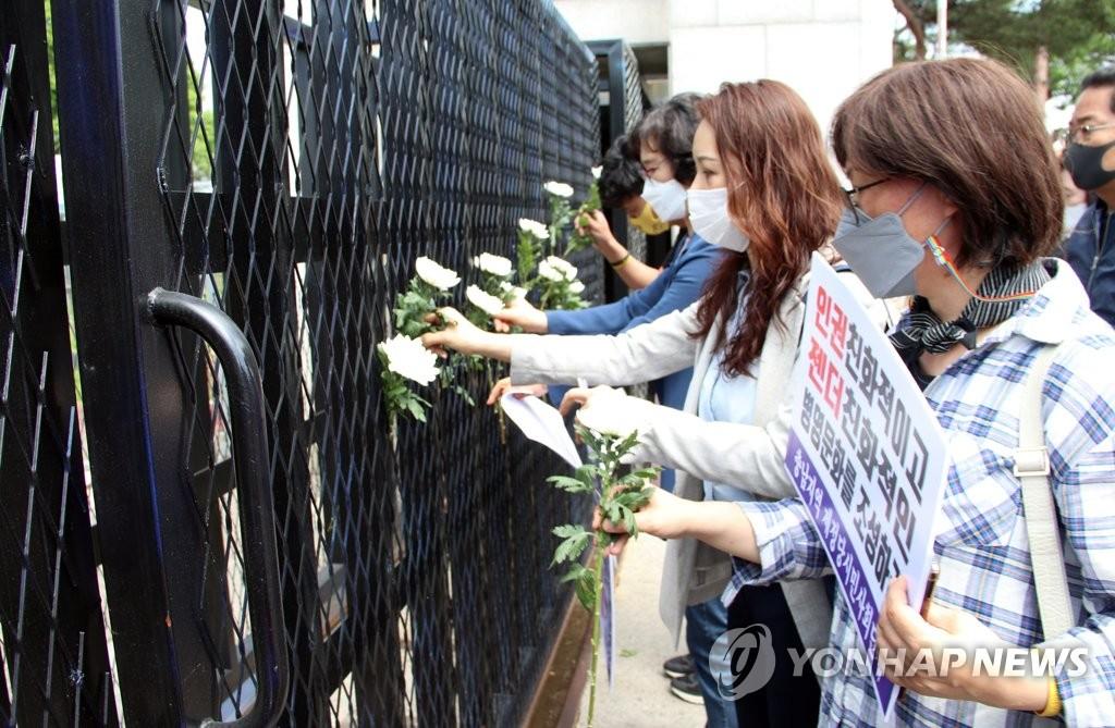 공군 20전투비행단 정문에 국화 꽂는 시민단체 회원들