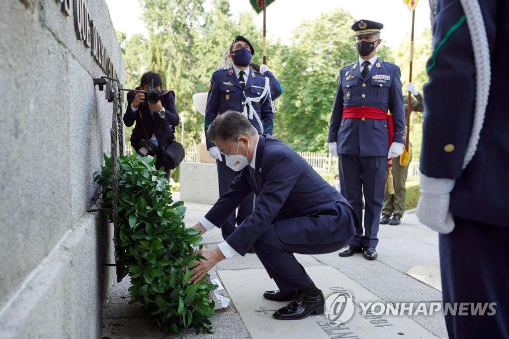 South Korean President Moon Jae-in lays a wreath at the Monument to the Fallen for Spain in Madrid on June 16, 2021. (Yonhap)