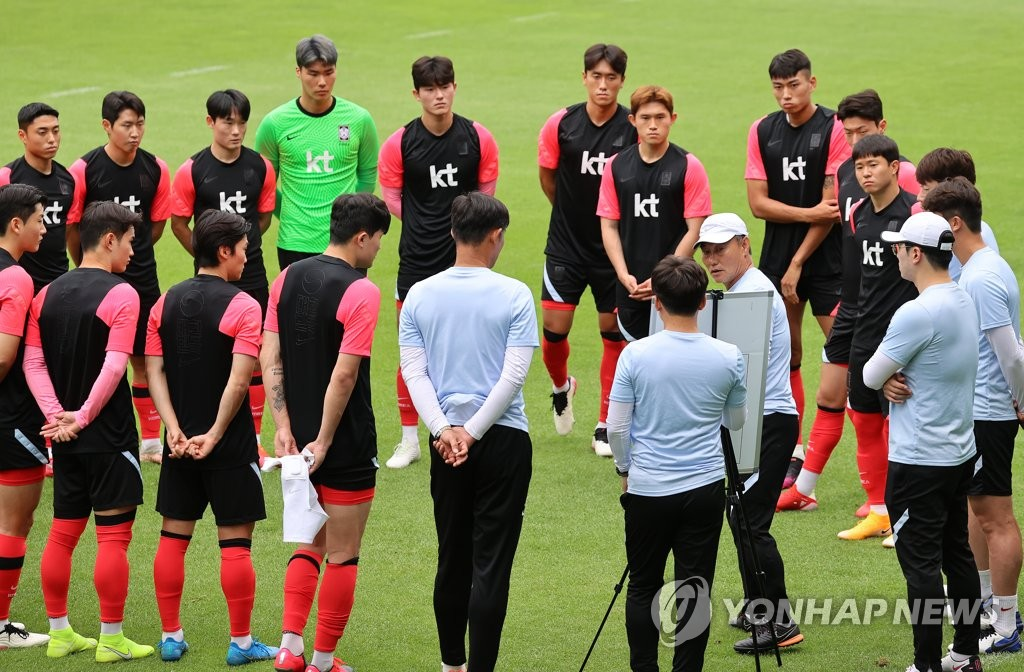 Members of the South Korean men's Olympic football team huddle around head coach Kim Hak-bum before their practice at the National Football Center in Paju, Gyeonggi Province, on July 5, 2021. (Yonhap)