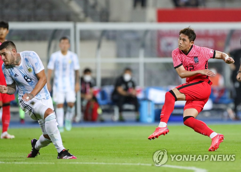 Lee Dong-gyeong of South Korea (R) scores against Argentina in the teams' Olympic men's football tuneup match at Yongin Mireu Stadium in Yongin, 50 kilometers south of Seoul, on July 13, 2021. (Yonhap)