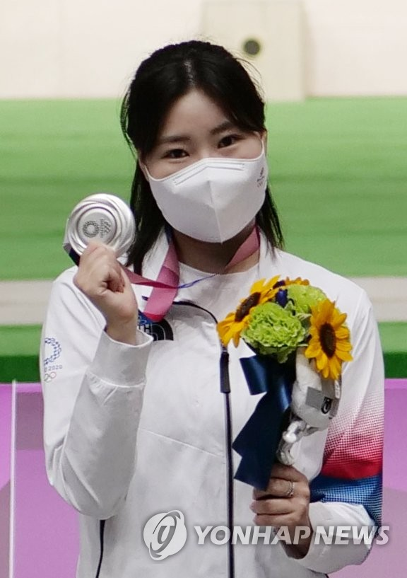 Kim Min-jung of South Korea poses with her silver medal from the women's 25m pistol shooting event at the Tokyo Olympics at Asaka Shooting Range in Tokyo on July 30, 2021. (Yonhap)