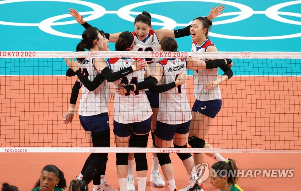 South Korean players celebrate a point against Brazil during the semifinals of the Tokyo Olympic women's volleyball tournament at Ariake Arena in Tokyo on Aug. 6, 2021. (Yonhap)