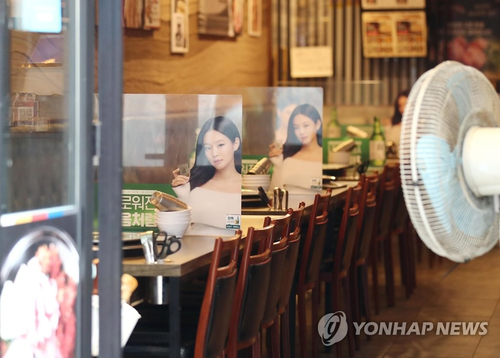 A restaurant has no customers in Myeongdong, central Seoul, on Aug. 15, 2021, amid the extended COVID-19 pandemic. (Yonhap)