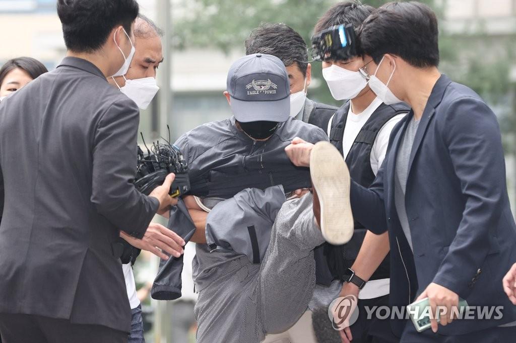 취재진 마이크 발로 차는 '전자발찌 훼손' 연쇄살인범