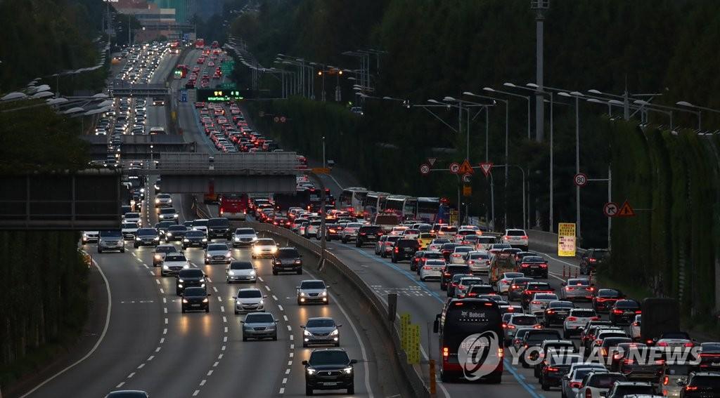 추석 연휴 마지막 날, 해 저문 도로 불 밝히는 차량 행렬