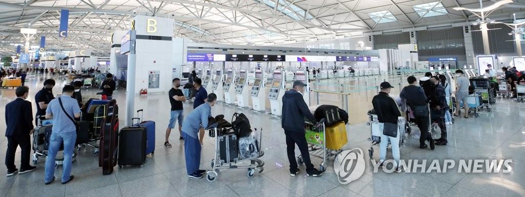 해외 출국자들로 붐비는 인천공항
